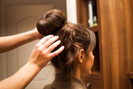 fodrászat: fiatal nő frizurát a fodrászat