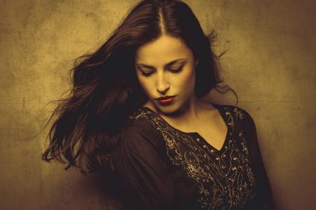 брюнетка: классическая красота молодая брюнетка длинные волосы женщина в вышитой сорочке в золотистых тонах