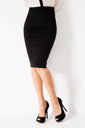 falda: mujer en falda elegante negro ajustado y zapatos de tacón alto