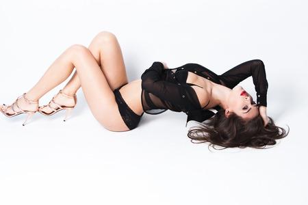 sexy vrouw in zwarte lingerie, transparant shirt en hoge hakken full body shot, studio