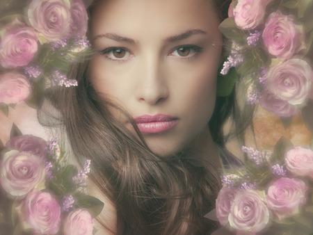 花のフレームを持つ美しいファンタジー女性 写真素材