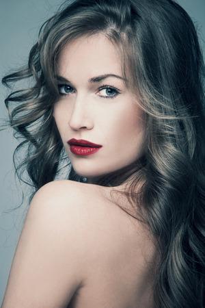 plan �loign�: femme aux yeux bleus avec de longs brillant tourn� en studio de cheveux Banque d'images