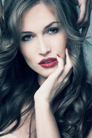 blauwe ogen vrouw met lang glanzend haar studio-opname