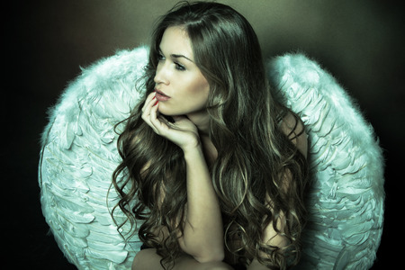 白い翼を持つ美しい天使の女性 写真素材