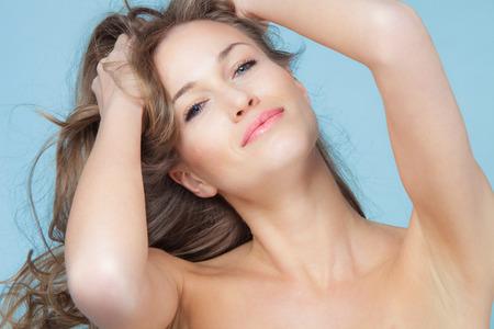 lächelnden natürliche Schönheit Frau Porträt blaue Augen und blonde Haare, Studio-Aufnahme Standard-Bild