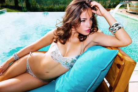 schöne Frau im Bikini am Pool Sommer heißer Tag