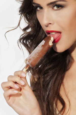 Junge schöne Frau lecken Eis Standard-Bild - 28469769