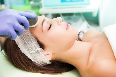 女性ラジオ-美容整形治療 写真素材