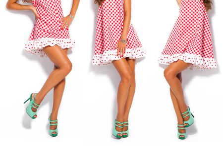 Frau Beine im Sommer Schuhen mit hohen Absätzen und kurzen roten Kleid