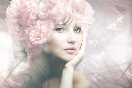 Mujer del retrato de la belleza con las flores compuesta foto Foto de archivo - 41986987
