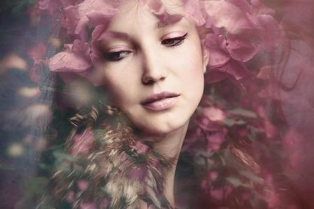Frauenschönheitsportrait mit Blumen-Composite-Foto