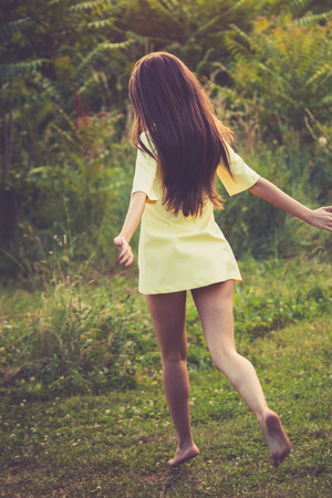 vestido corto: barefoot young woman in short dress  run in nature summer day at sunset