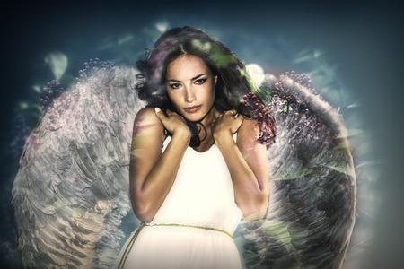 天使の翼二重露光を持つ若い女性のように美しい
