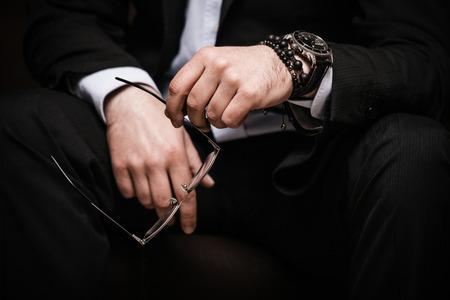 Красивые девушки смотрят на браслет мужчине
