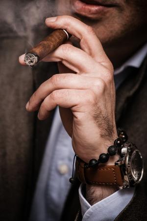 person smoking: hombre elegante vistiendo traje y camisa blanca fumar cigarros interior disparo, primer plano, atenci�n selectiva