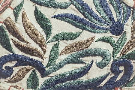 bordados: fondo bordado sobre tela de algodón en bruto, colores retro, hecho a mano
