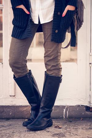 088853df73 Piernas De La Mujer En Pantalones Ajustados Y Botas Verdes De La ...