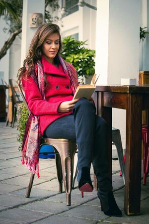 botas: mujer joven disfrutar de libro tarde de otoño lectura en café al aire libre