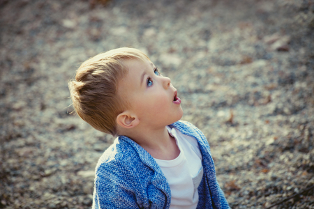 wow: wow vi el avión Es asombroso muchacho, poco en el momento en que vio el avión, al aire libre en el parque, día de otoño, enfoque selectivo