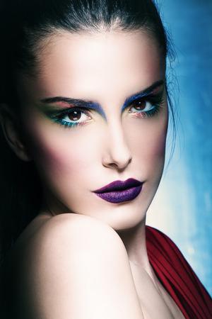 ojos azules: hermosa mujer joven con perfecto maquillaje, la cara de cerca, estudio