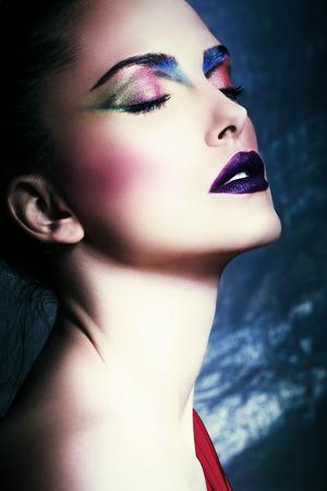 ojos negros: hermosa mujer joven con perfecto maquillaje, la cara de cerca, estudio, ojos cerrados