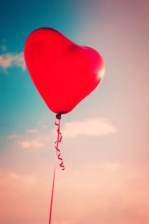 forme: beau rouge en forme de c?ur ballon contre le ciel avec des nuages