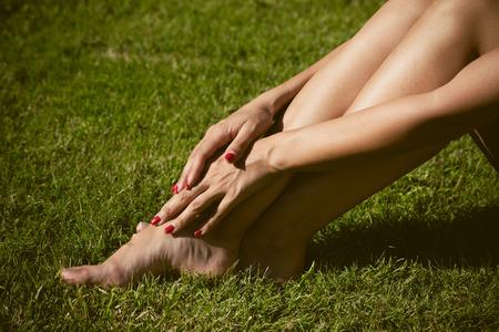 piernas mujer: piernas de la mujer descalzos en el lado de la hierba ver día soleado de verano Foto de archivo