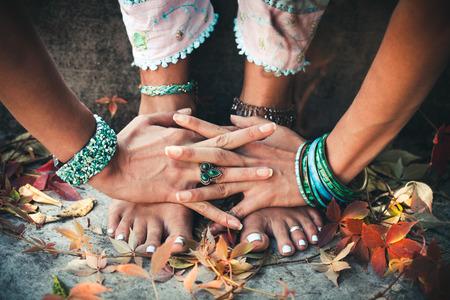 manos y pies: primer plano de mujer de las manos y los pies práctica de yoga al aire libre de la extensión Foto de archivo