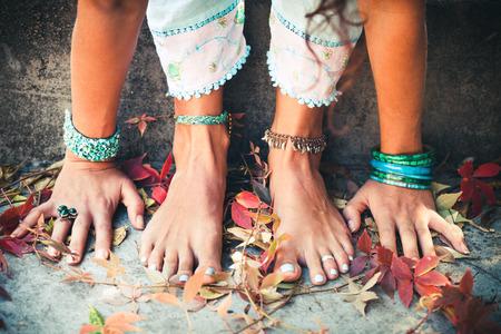 Nahaufnahme der Frau, die Hände und Füße üben Yoga-Erweiterung im Freien Lizenzfreie Bilder - 64570438