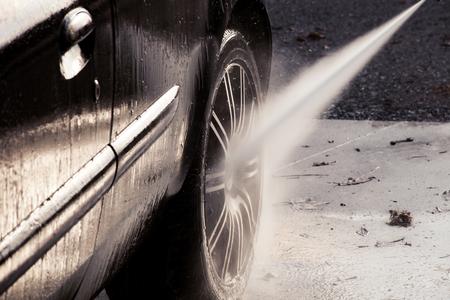 autolavado: primer plano de lavado de coches con la arandela de presión Foto de archivo