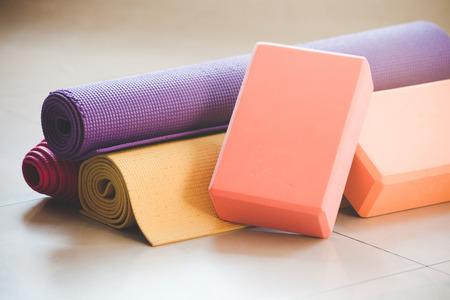 Nahaufnahme von Yoga Blöcke und Matte Requisiten Innen