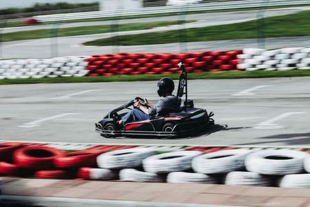 Man rijden ga kart op track side shot Stockfoto