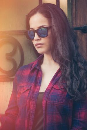 attractive  urban young woman portrait with sunglasses in the city  Lizenzfreie Bilder