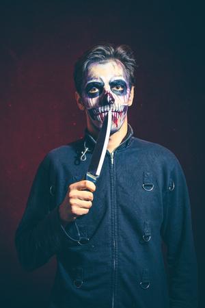 Scary Halloween Skelett Mann in der Jacke halten große Messer Studio shot