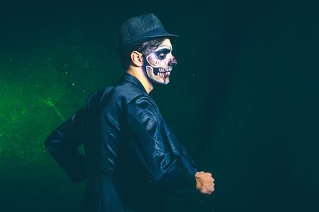 scary halloween skeleton man in jacket and hat studio shot Lizenzfreie Bilder