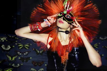 attraktive junge maskierte Frau auf einem Party-Composite-Foto