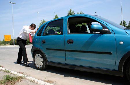 broken car: El hombre empujando una fractura de coche o un coche de gas  Foto de archivo
