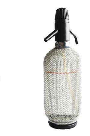 acqua di seltz: Attrezzature da cucina che � stata usata per fare acqua di soda (acqua gassata), principalmente per Spritzer (un cocktail fatto con vino bianco e soda)
