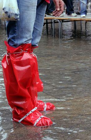 waders: Escena t�pica de alta cuando el agua viene en la plaza de San Marco en Venecia