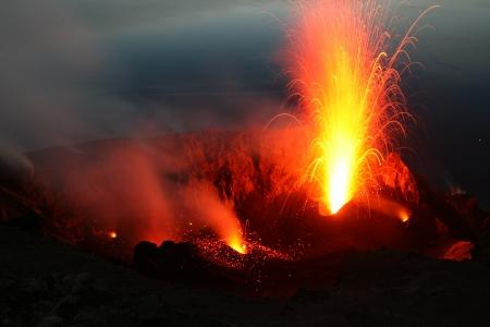 uitbarsting: Sterke uitbarsting op Stromboli Stockfoto