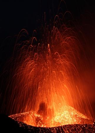 uitbarsting: Sluiten oog op een uitbarsting vulkaan Stromboli