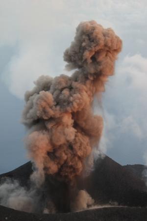 eolian: Dust eruption Volcano Stromboli