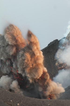 stromboli: Powerful explosion