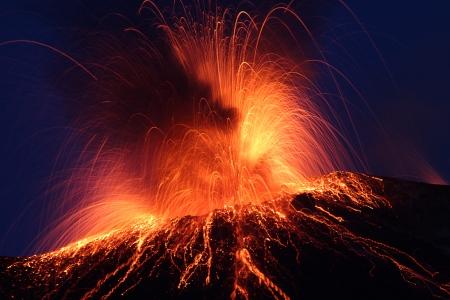 Wulkan Stromboli Erupting noc wybuch Włochy Wyspy eoliczne