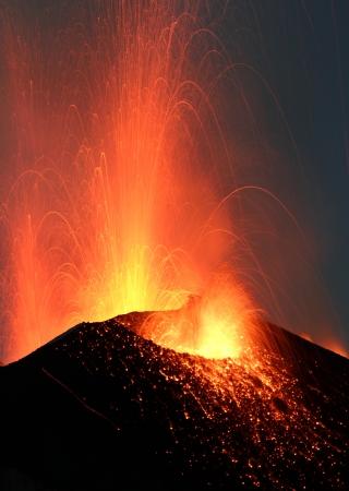 Stromboli volcán en erupción la noche erupción Italia Islas Eolias