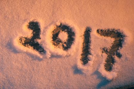 2017 saludos de año nuevo, huellas en la nieve, año nuevo 2017, los números en la nieve