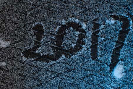 2017 saludos de año nuevo, huellas en la nieve, año nuevo 2017, los números en la nieve Foto de archivo