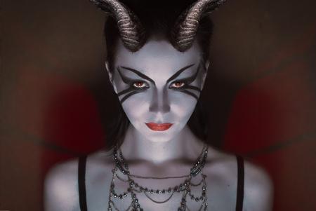 死、痛み、冷たい目、危険なサキュバス、地獄の騎士の女王、甘い悪魔の赤い角とブルネットの少女