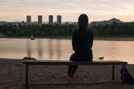 Chica solitaria en el banco, el concepto de soledad,