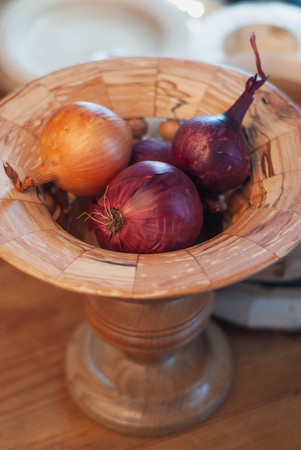 wooden dishes, raw onions in wooden dishes, top view, Imagens